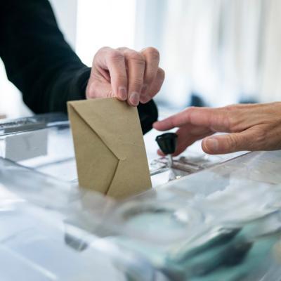 7776032627 une urne electorale illustration