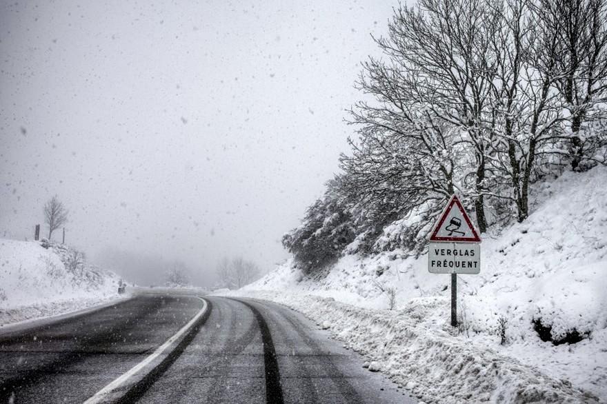 7786302691 une route sous la neige illustration